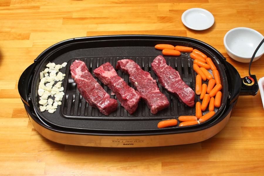 プレートが広いのでまわりで付け合わせも同時に調理できる