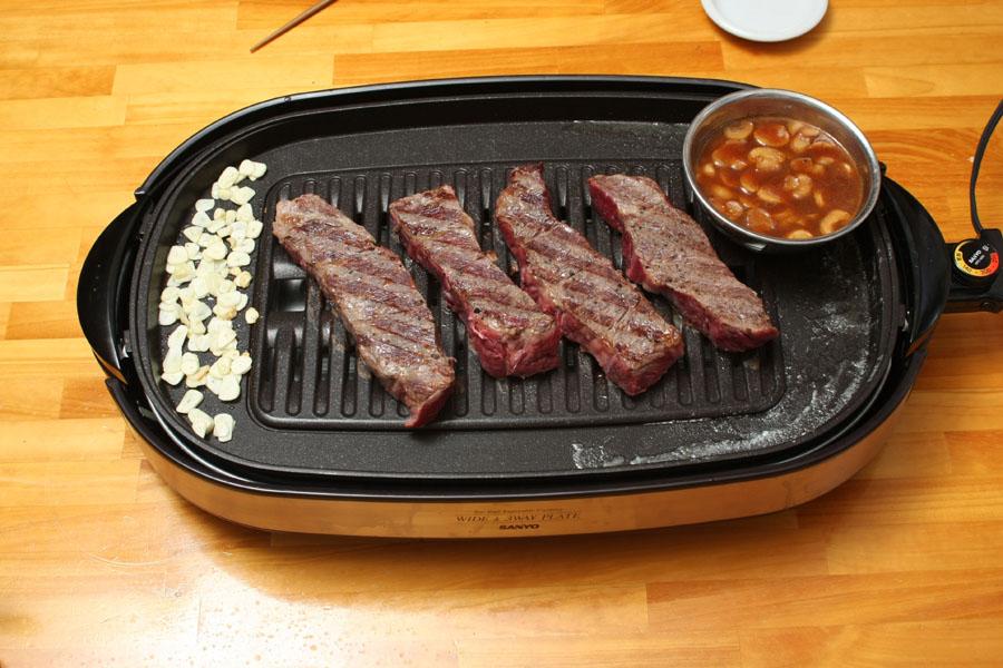 にんじんができあがったので、ステーキソースを温めなおす