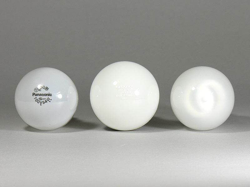 電球を上から見たところ。左から、白熱電球、シャープLED電球、パルックボールプレミアQ