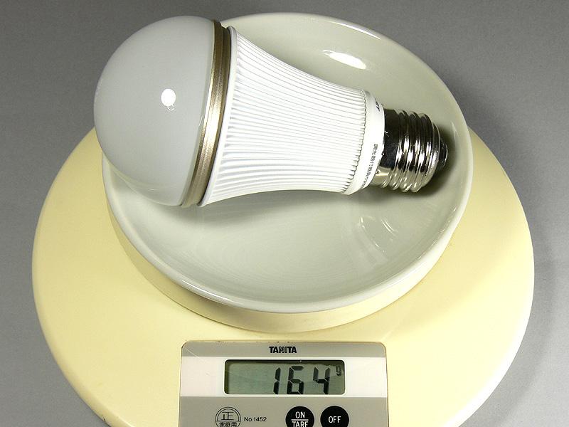 DL-L601は昼白色、電球色とも164gとずっしりと重い