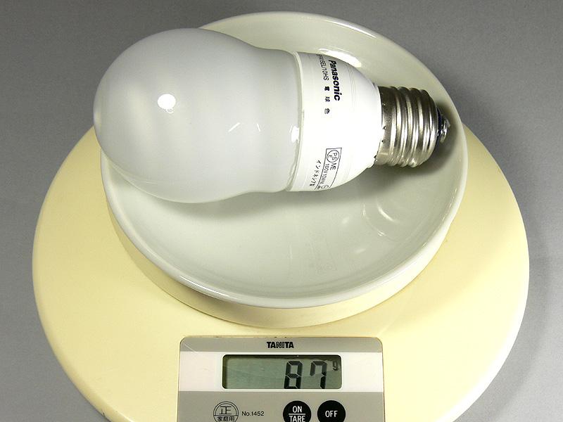 電球形蛍光灯の電球色は87g。細かい話だが、クール色は89gと若干差が生じた