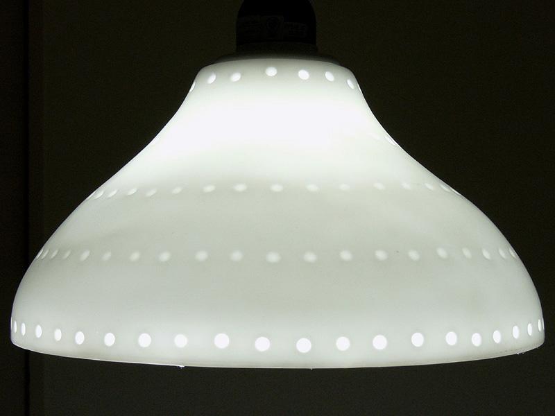 ●電球形蛍光灯・クール色<br><br>LEDよりも光は若干青がかっている