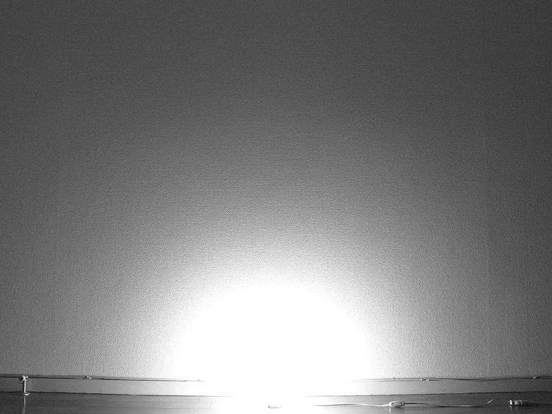 白熱電球の光の広がり方。ソケットぎりぎりの所まで光るため、床面に近いところから、電球を中心として光が広がっている
