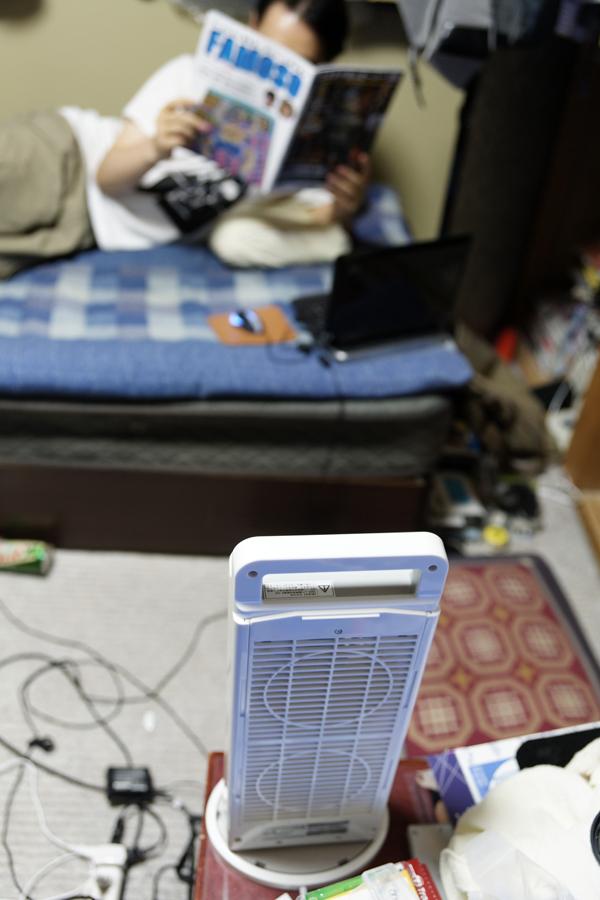 ベッドで寝る友人に渡してみたところ、写真のようにテーブルの一角にミニツインファンを置いて使っていた。風量(弱)でも十分涼しいとのこと