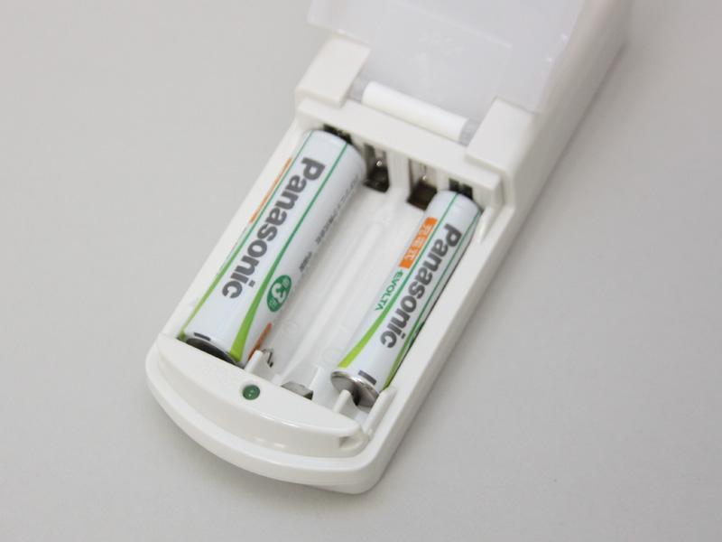 充電器は単四を約90分、単三を約240分で充電する急速タイプ。1本ずつなら単三と単四の同時充電も可能だ