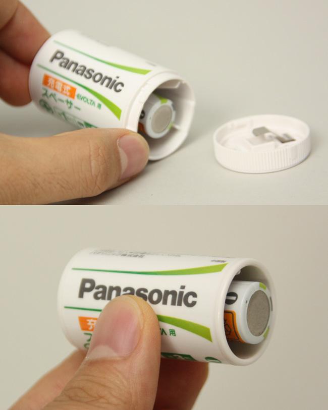 単一のスペーサー(上)は、単三形の充電池を投入したあと、フタをする。単二は単三形充電池をそのまま差し込むだけ
