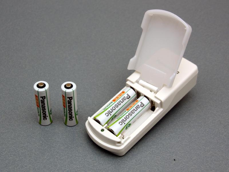 初期に付属する電池は単三/単四とも2本ずつと少ないが、充電池を別途購入し使用することも可能。ただし、他社のニッケル水素充電池との使用は控えるよう指示されている
