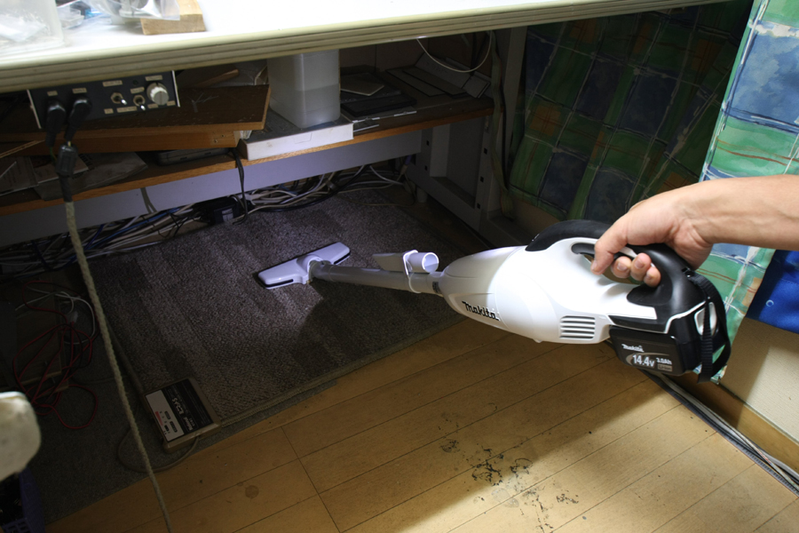 ヘッド部分を明るく照らしてくれるので、机の下に飛んでいった危険なアルミの削りクズなども確実に吸い込める。