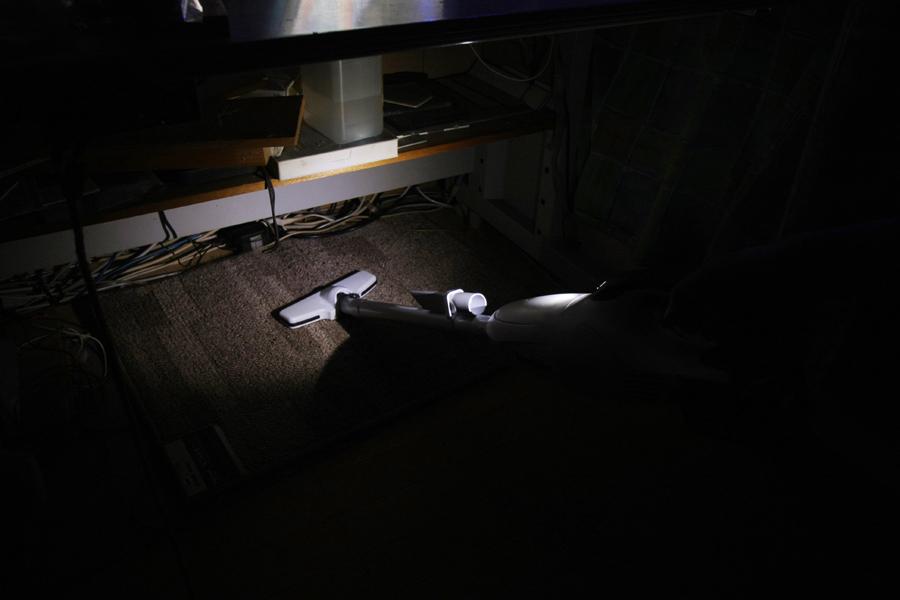 部屋の照明を全部落としても、これだけ明るく照らせる。