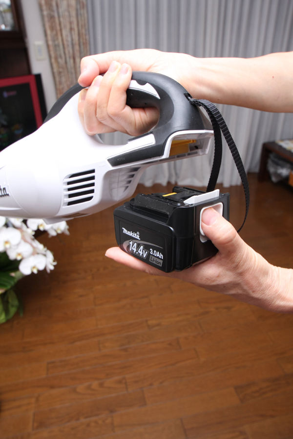 バッテリは本体から着脱可能。おそらく電動工具のバッテリパックそのものだろう