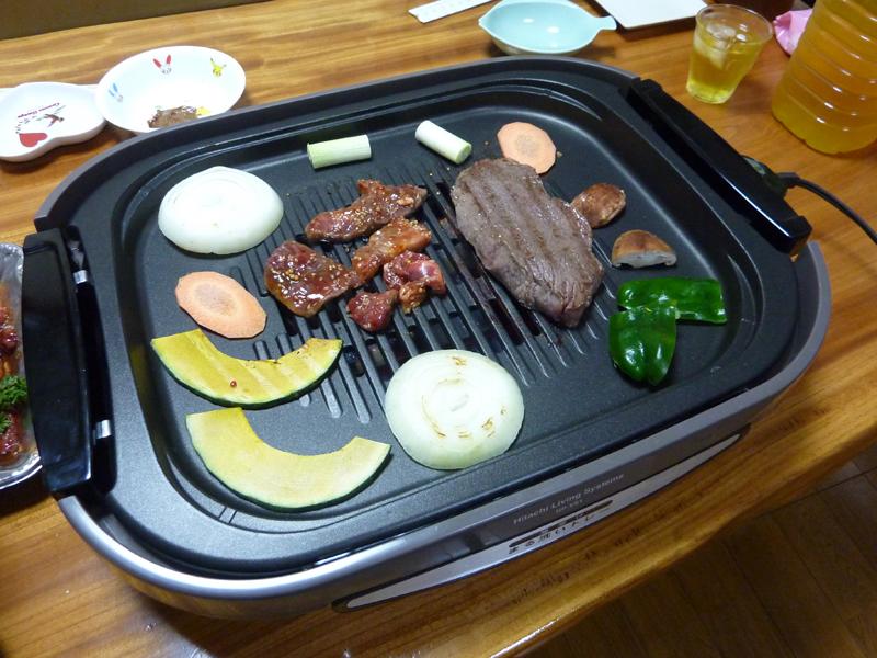 味付け済みの肉や厚めの肉を焼いてみた。味付け肉は脂やタレが跳ねることが多いのだが、ほとんど気にならずに焼けた