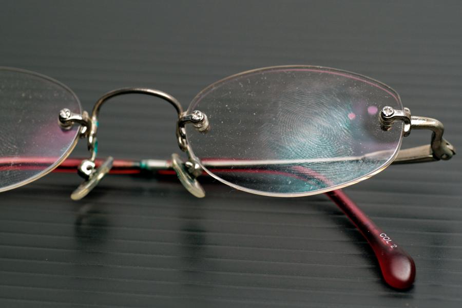 1日掃除をサボったメガネは、とても汚い