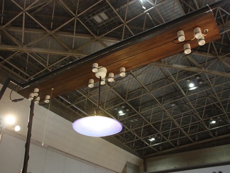 昭和電工の「取付式ガイシ引き照明器具」。1963年まで家庭で使用されていた電機の配線方法