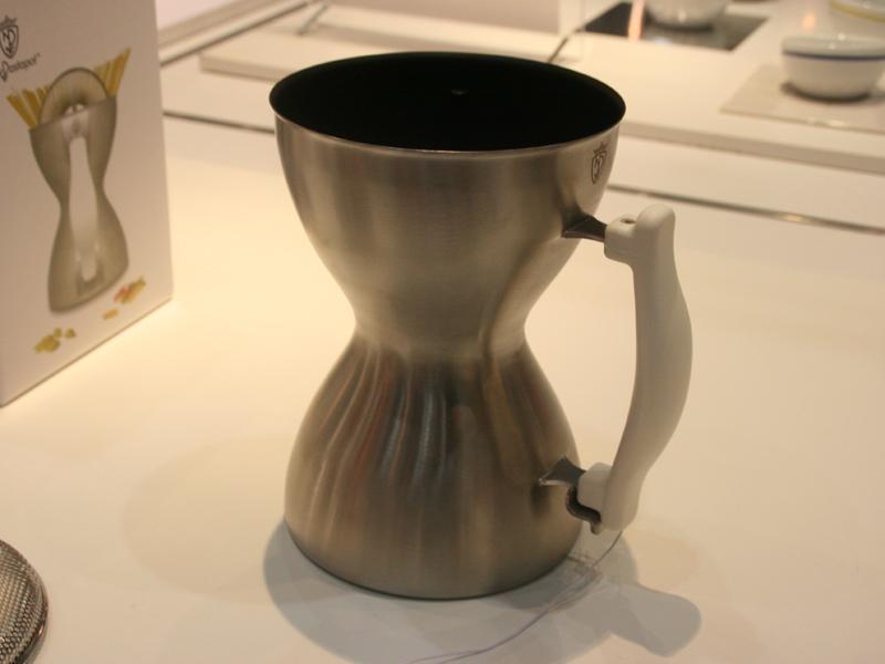 響物産「パスタ鍋 ニューパスタポット」。銅部分がくびれた独特の形状を採用している