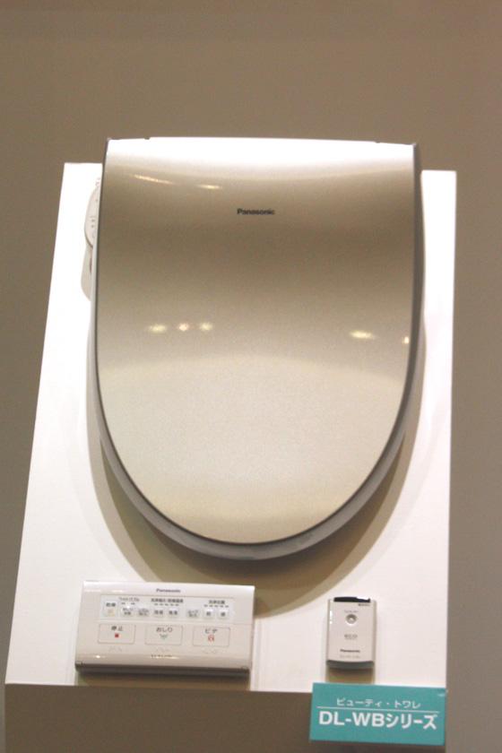 温水洗浄便座「ビューティートワレ WBシリーズ」は、人と室温の2つのセンサーを備える