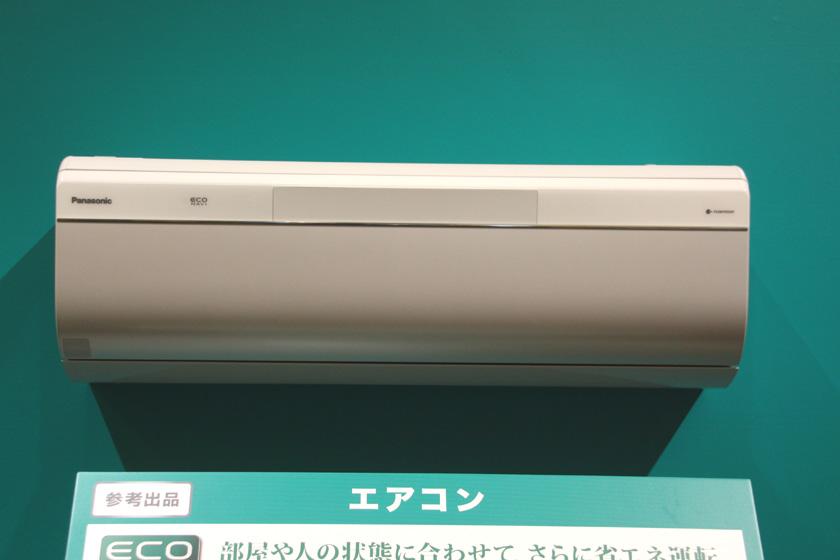 参考出品として展示されたエアコン。詳細は不明だが、部屋や人の状態に合わせて、さらに省エネ運転ができるらしい