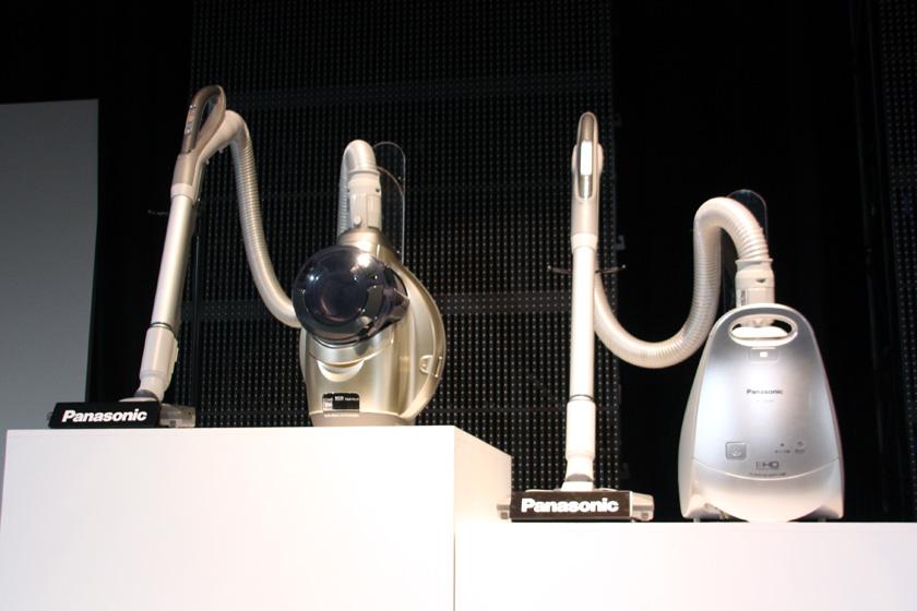 サイクロン式掃除機の「MC-JC20WX」(左)。4月に発売した紙パック式の「MC-P9000WX」(右)もエコナビを搭載している