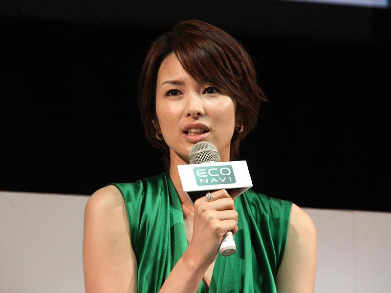 女優の吉瀬美智子さん。身近なエコに関する取り組みとしては「基本的に家にいることが多いので、エアコンの温度を1℃下げるとか、詰め替え用の製品を使うといったことをしています」とのこと