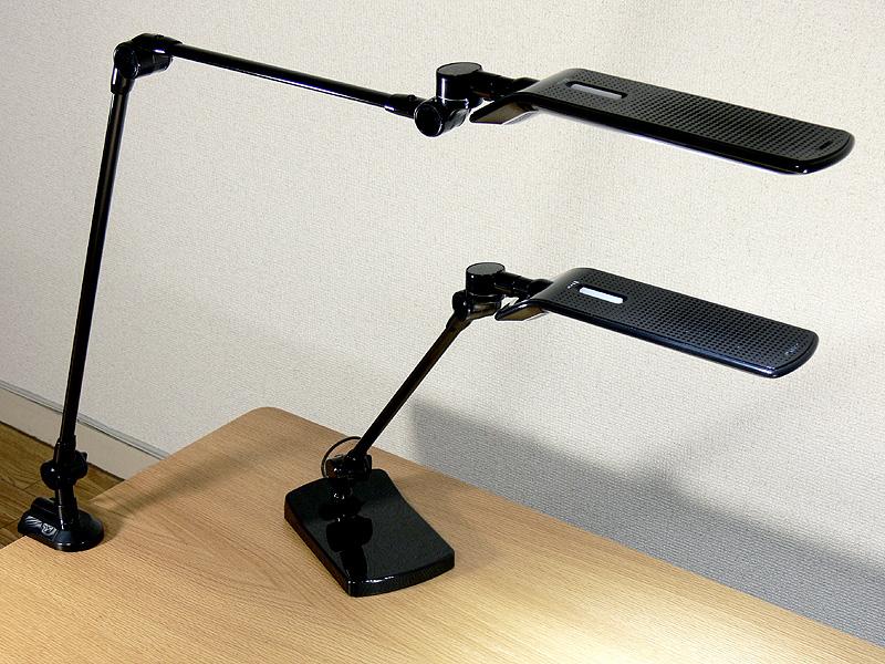 LEDアームライトもLEDライトも、全く同型のセード、LEDがついている。