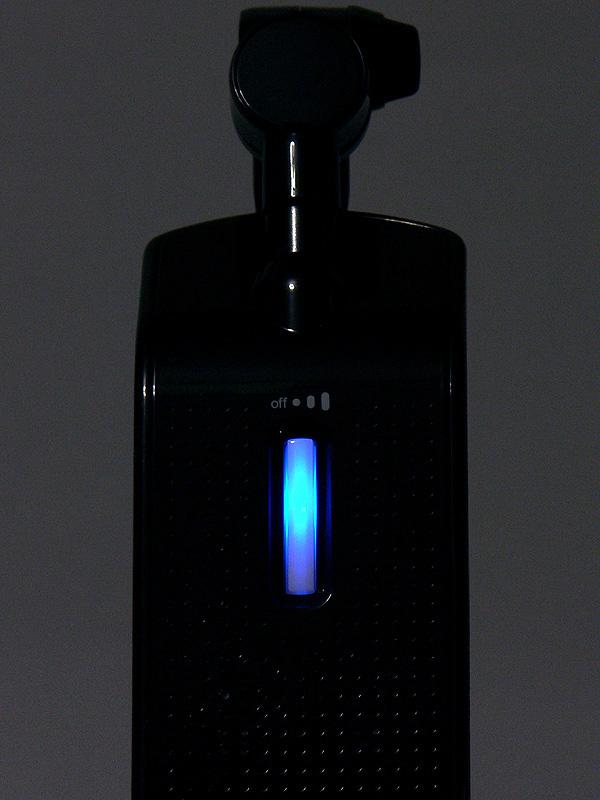 セード上にあるプッシュスイッチ。このスイッチを押すごとに明るさが切り替わる。消灯時は画像のように青く光り、暗闇でも探しやすい
