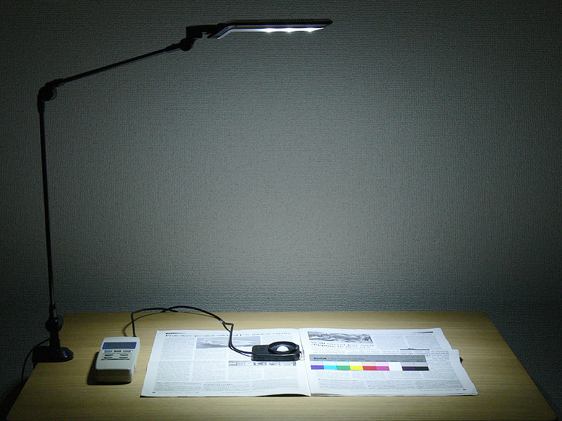 アーム型ライトの「強」。照度は506lx。なお、机とセードの間は約600mm離れている