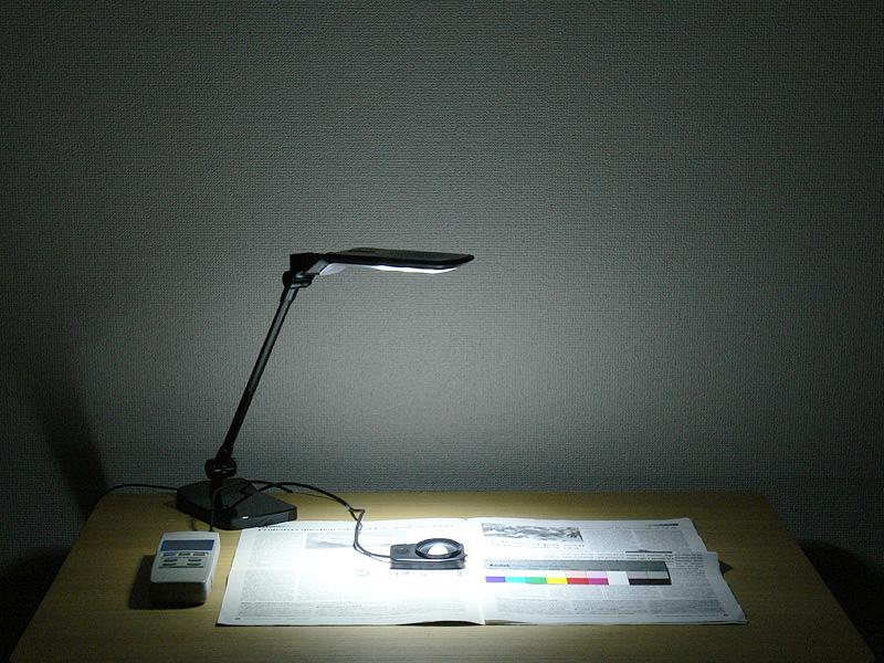 卓上型ライトの「強」。セードと机が350mm離れた場合の照度は1,678lxだった