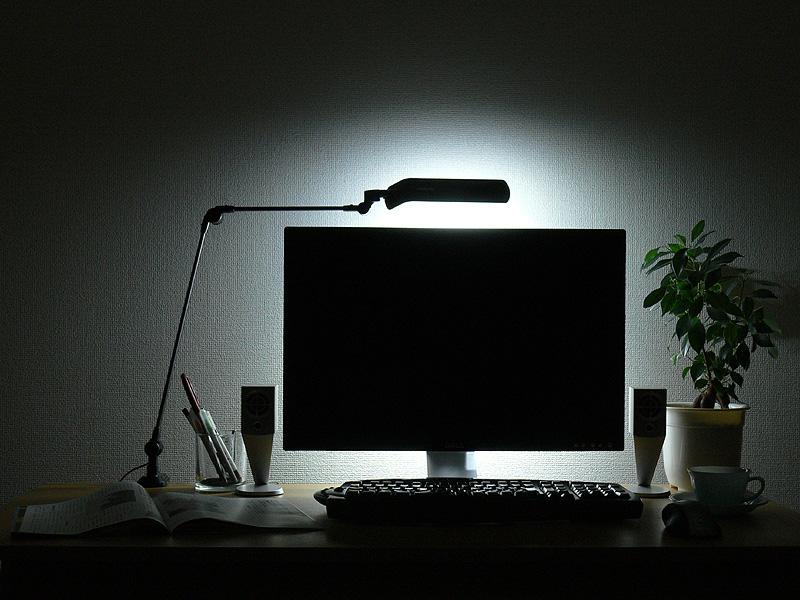 アーム型はまた、簡単にセードの向きや位置を変えられる。一段落したらセードの向きを変え、雑然とした机の上を間接光で目隠しするような使い方もできる