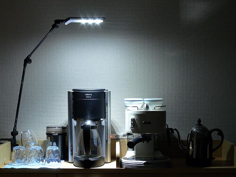 キッチンコーナーを演出する光として使用。LEDの煌き感のある光が、お気に入りのキッチン家電やグラスに反射して美しい