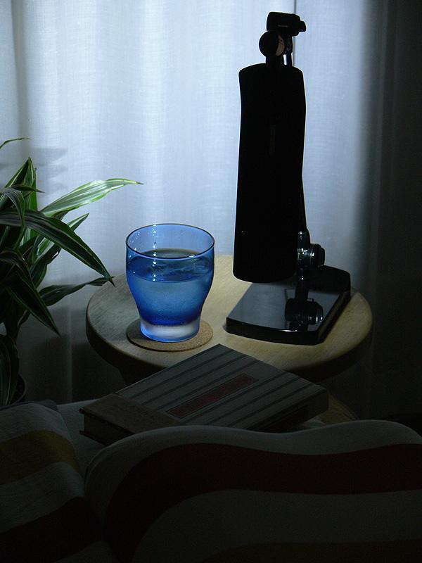 直径30cmの小さなサイドテーブルにもるコンパクトな卓上型。眠る前の読書灯や間接光にしてまどろんだりと、用途もいろいろ