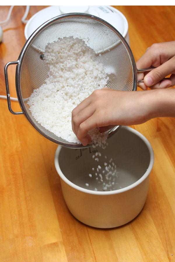 といだお米を内釜に入れる。1合で4人前作れるのがおかゆのスゴイところ