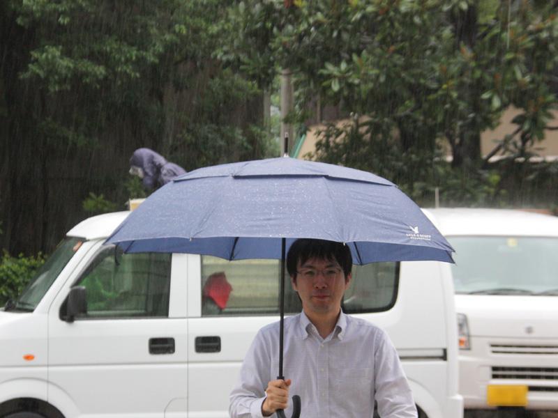 一方、強風対応長傘は安定感が抜群に良い。強い風を受けても、傘が吹き飛ばされそうな感じはなかった。片手でも問題なくさせる