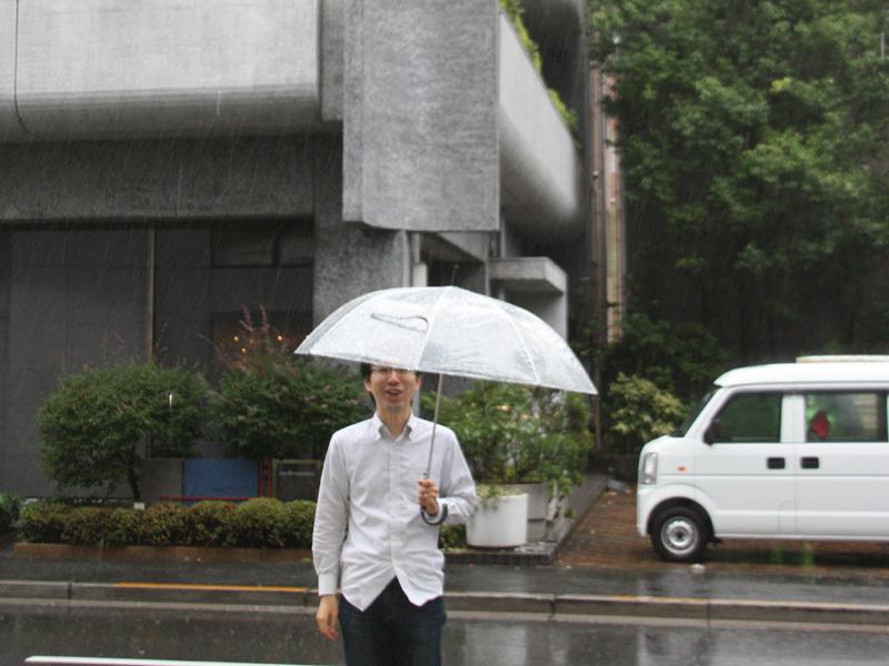 普通のビニール傘では、強風にあおられるため、片手では持ちにくい