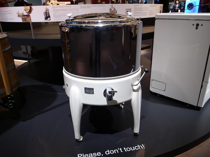 1954年発売の洗濯機。この本体のほかに、当時は脱水用のローラーが付属していた