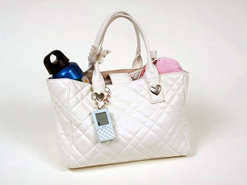 バッグなどに付けて使っても違和感のないデザインを採用した
