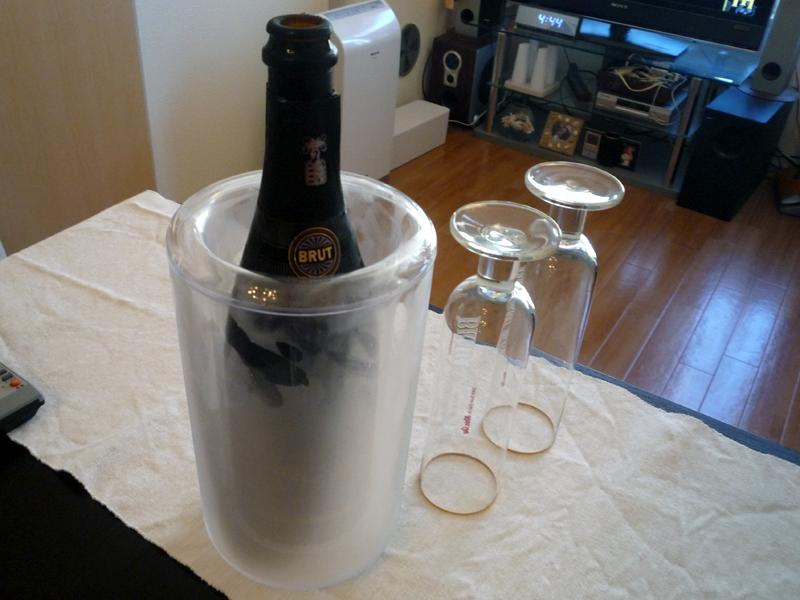 シャンパンボトルをワインクーラーに入れたところ。氷を使用しないので周りに水が垂れることもない
