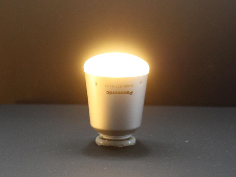 電球との置き換えを狙ったLED電球としては初となる、E17口金用の「LDA6L-E17-A1/D」