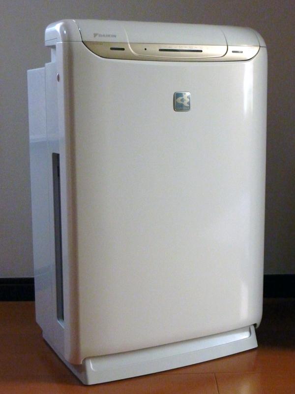 ダイキンの加湿空気清浄機「うるおい光クリエール MCK75K」。9月に発売されたばかりの新製品で従来製品からストリーマ放電が1.5倍に強化されている