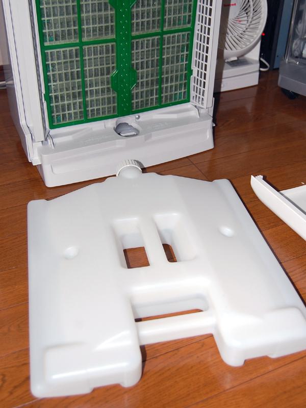加湿機能を搭載し、空気の清浄にプラスして湿度もコントロールできる。水タンクは前面に搭載される