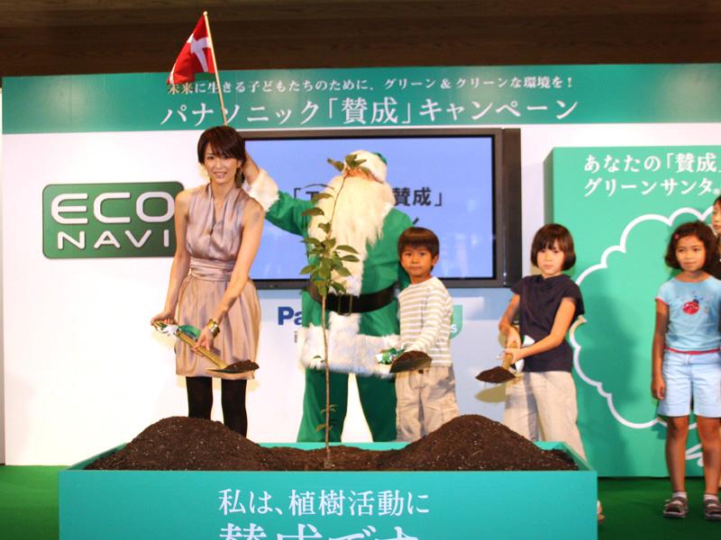 「エコナビ」賛成キャンペーンの第1本目となる植樹式が行なわれた。吉瀬さんの後ろで旗を振っているのは、デンマーク環境保護親善大使のグリーンサンタ