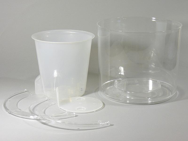 「ディアネイチャー21」のパーツ。右が、透明アクリル製の外容器(水槽)、左がポリプロピレン製で半透明の内鉢。5号鉢がぴったり収まる