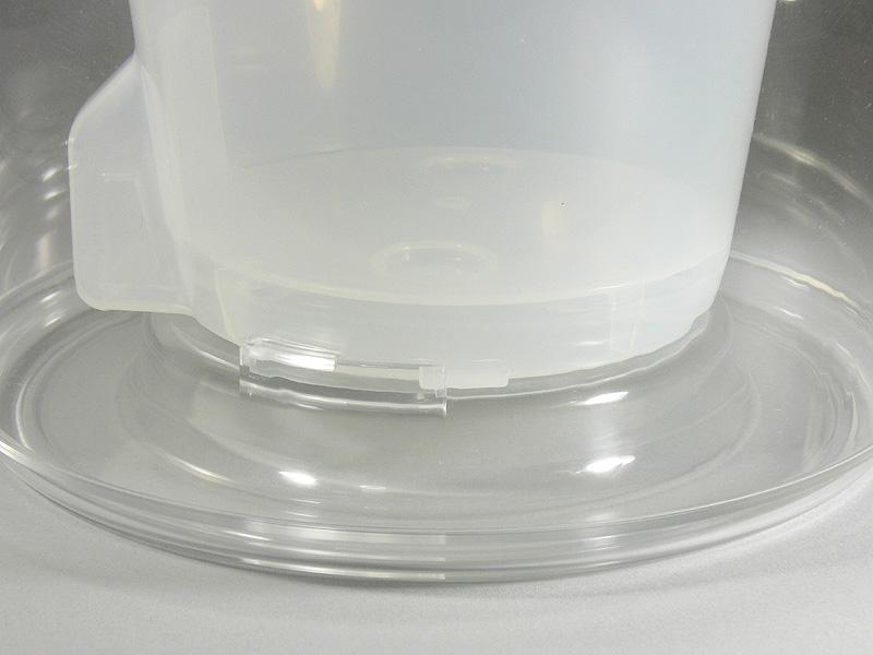 外容器と内鉢の取り付けは、それぞれの溝と突起をあわせ、回転すれば簡単にできる