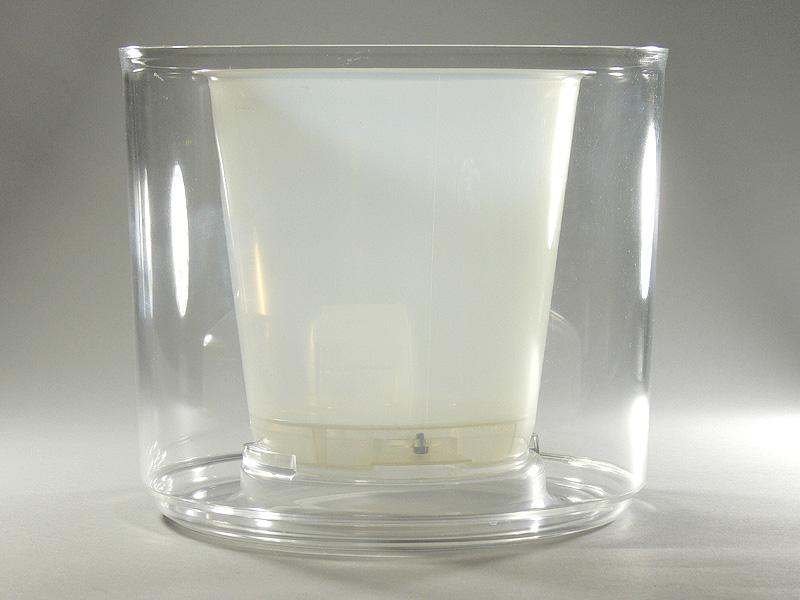 透明な外容器(水槽)内部に、半透明の内鉢を取りつける2重構造。水槽と内鉢の間に水を溜める
