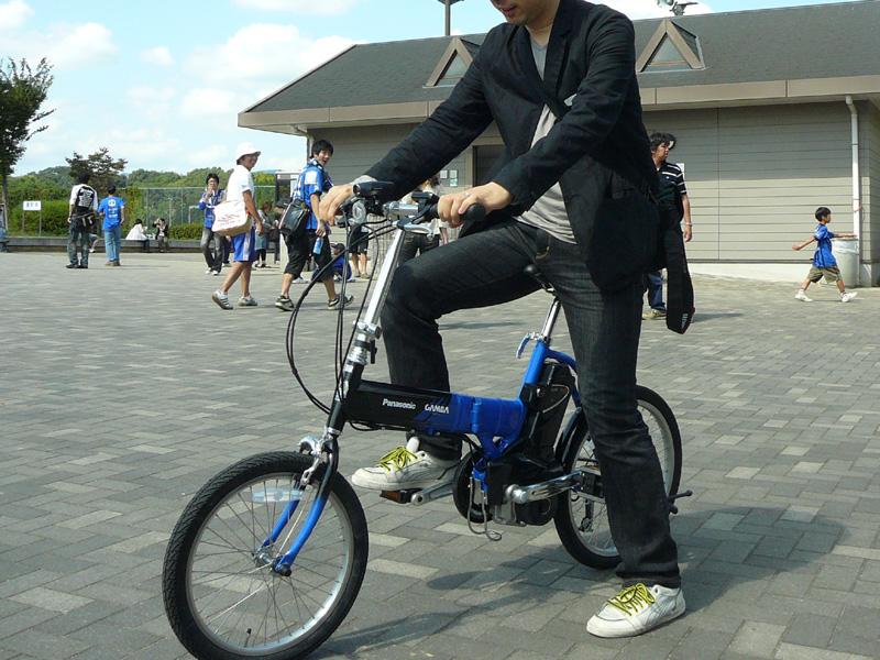 パナソニックの電動アシスト自転車「OFFTIME(オフタイム)」。ガンバ大阪カラーの限定品で、スタジアム外の広場で試乗できる