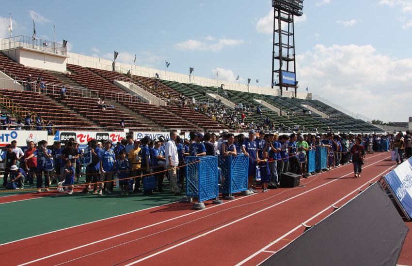 13時よりスタジアム内へ入場。参加者はバックスタンド前の陸上トラック前で待機