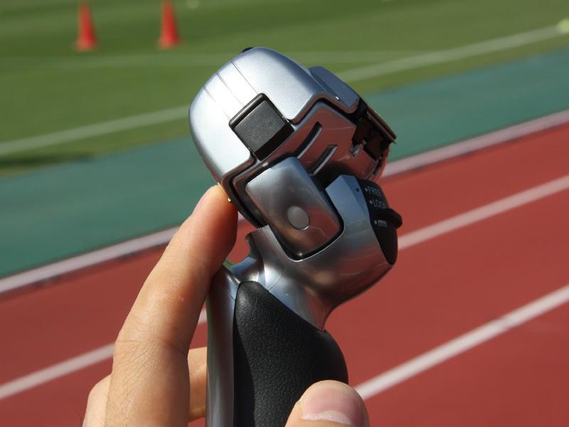ヘッドが前後左右に動く「密着トレースヘッド」を採用。顔の輪郭にフィットしやすい仕組みになっている
