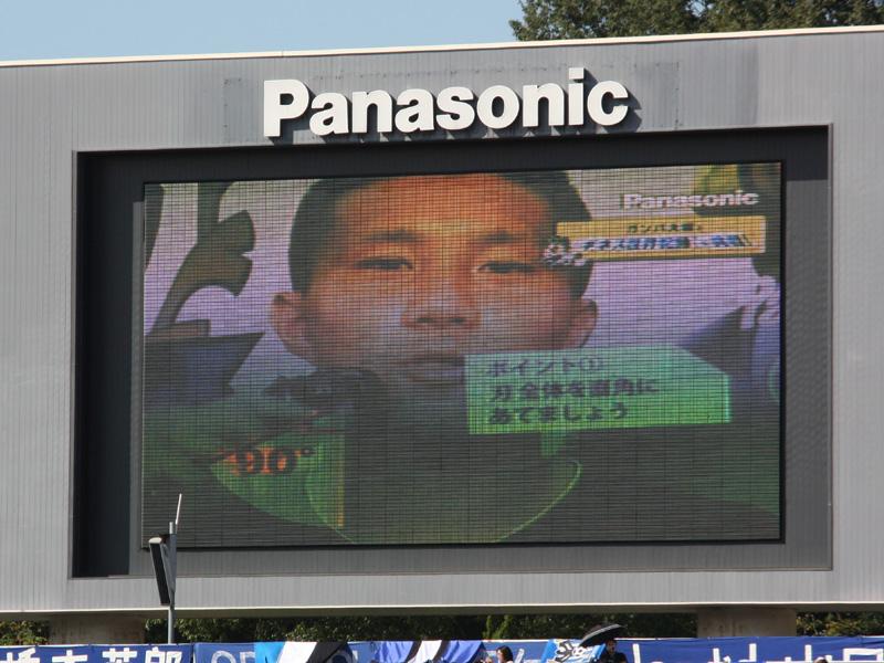 オーロラビジョンでは、ガンバ大阪の安田理大選手が参加者にラムダッシュの使い方を指導。しかし「あ、全然痛くないね。すっごい早いわ。ヘッド自体が動くから輪郭の部分に密着してくれるし、すごいっすね」と、指導する立場ながらラムダッシュに感心しきり