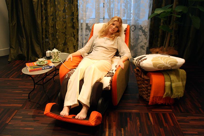 外見はソファーに見えるが、もちろんマッサージチェア。写真のようにフットマッサージャーも用意されている