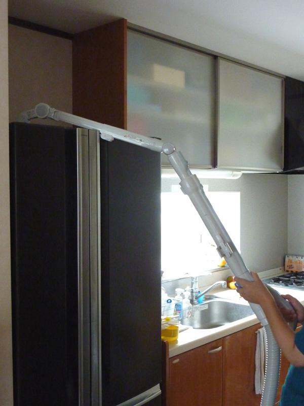 「ワイド曲が~るロング吸口」なら、冷蔵庫の上も掃除可能