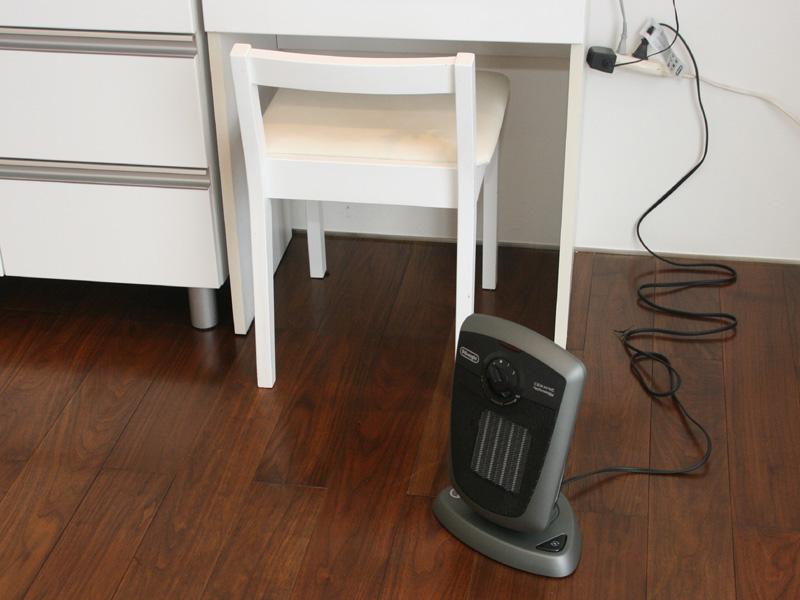 足下の暖房に最適として、会場ではデスク近くに設置されていた