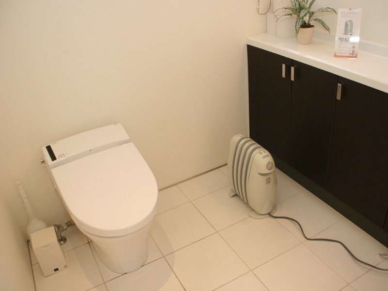 トイレに展示されていたのは小型オイルヒーター「TRN0505JS」。希望小売価格は14,800円。狭い個室にも設置できるコンパクトな本体サイズが特徴